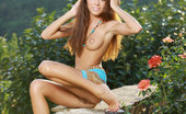 Met Art Emily A Versailles by Leonardo 45179 A ravishing brown-haired beauty, with long, flowing brown hair, piercing brown eyes, towering physique, and lean, athletic body, Emily is a vision of a goddess, naked in the garden.