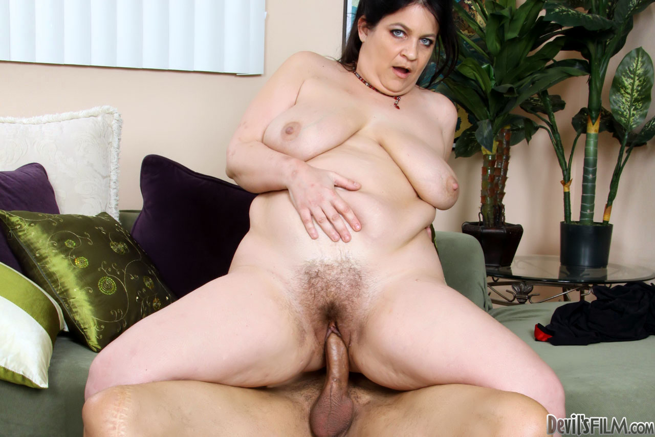 Fat lesbo chick gets cunt lciked 2