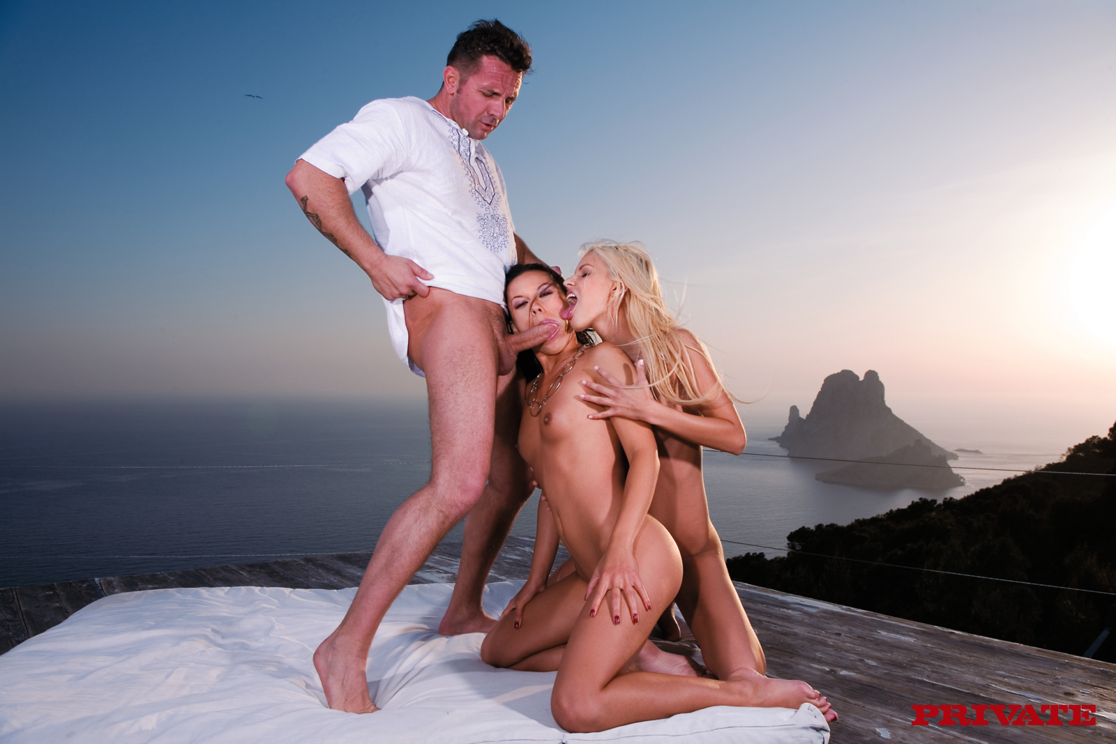 Секс фото на ибице, Голая девушка на пляже Ибицы - фото 22 фотография