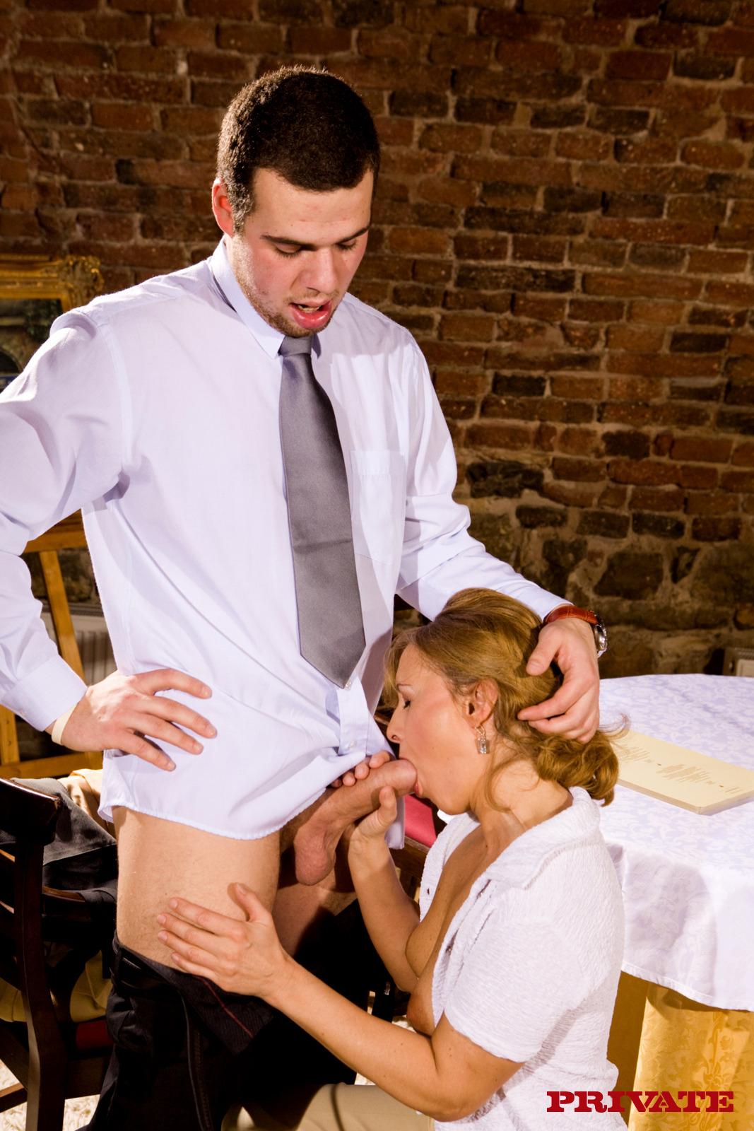 Секс в кафе с официанткой 14 фотография