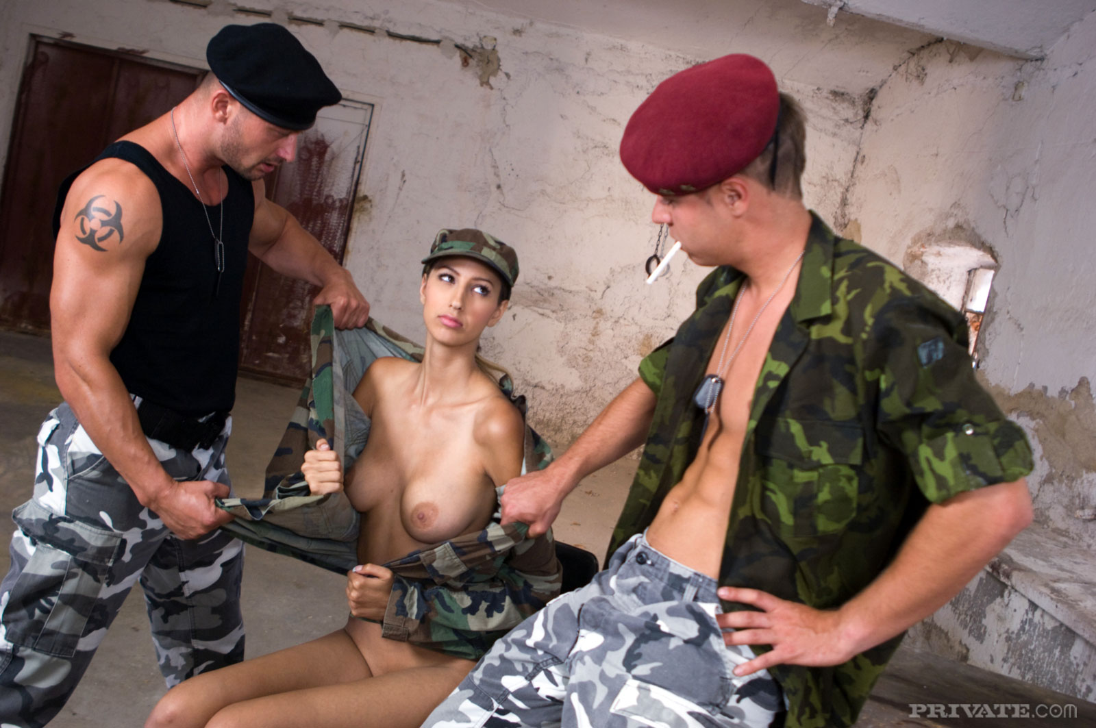 Солдаты трахают девку, Солдаты ебут девку - видео likes Fucks A. Z 5 фотография