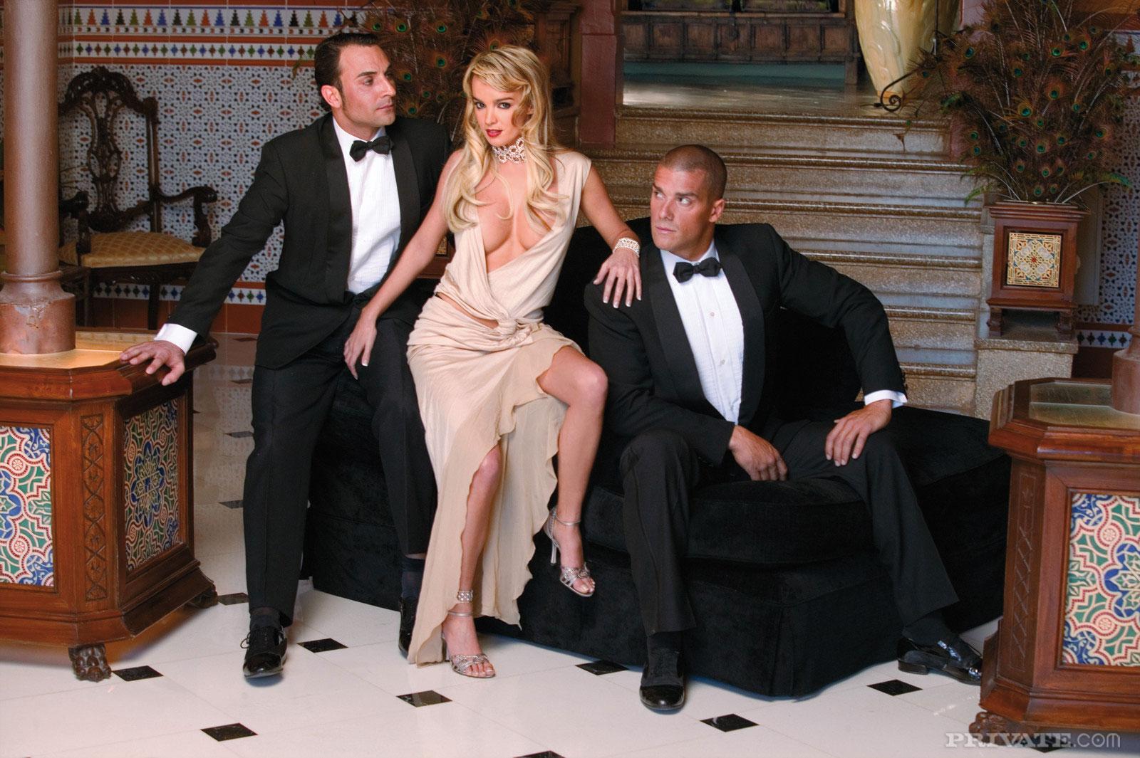 Фото женщины с двумя мужиками 14 фотография