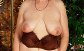 Mature.nl This Horny Mama Loves To Show Off Her Cooch