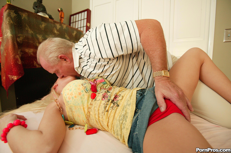 Секс похотливой внучки с дедом 22 фотография