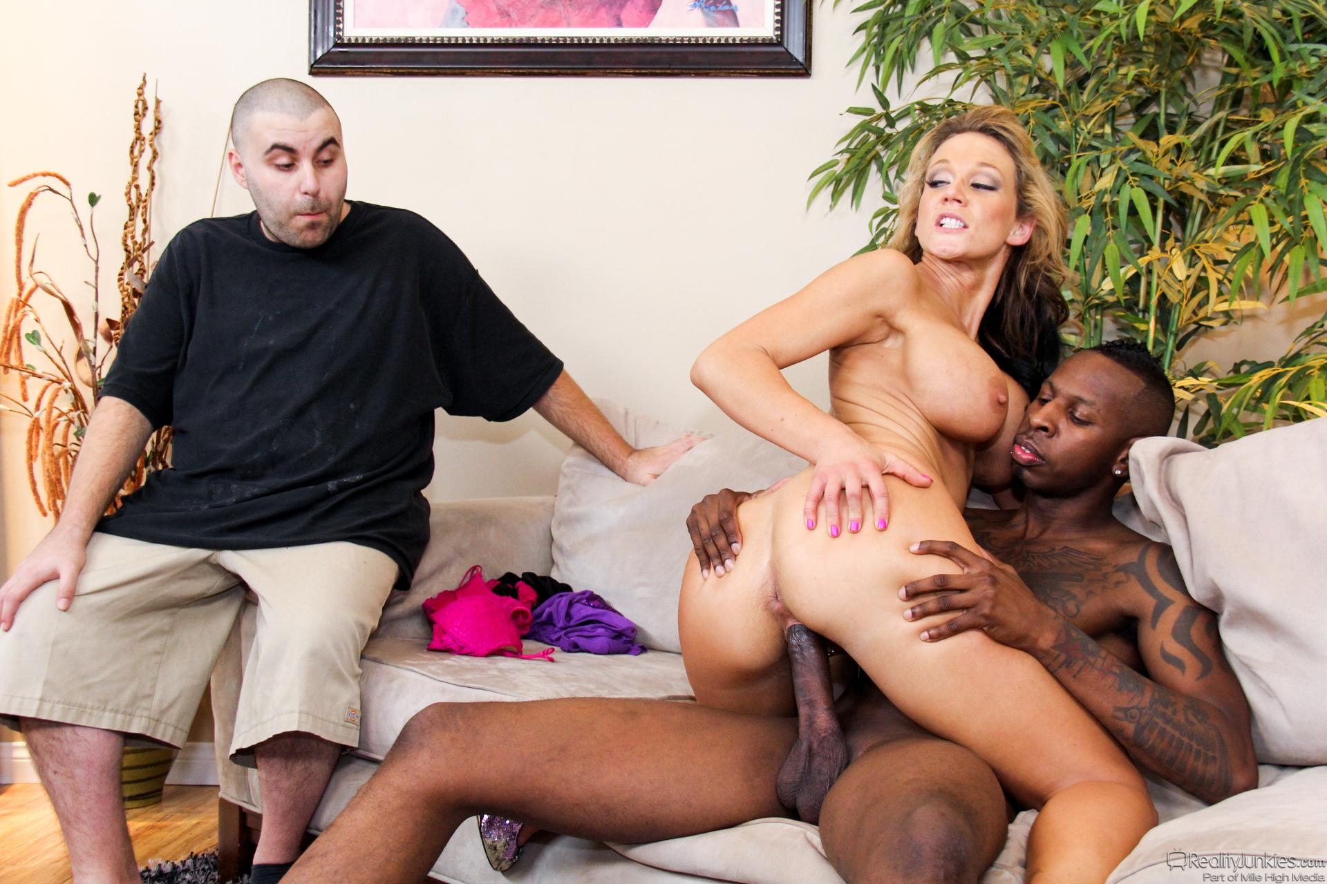 Смотреть как жена ебётся с негром, Жена трахается с негром домашнее порно видео 9 фотография