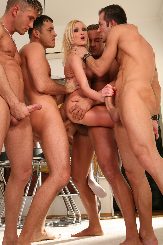 Пятеро парней и одна девушка порно 5 фотография