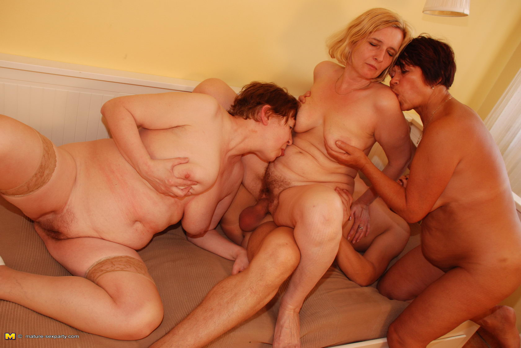 Фото голой и сексуальной мамы 19 фотография