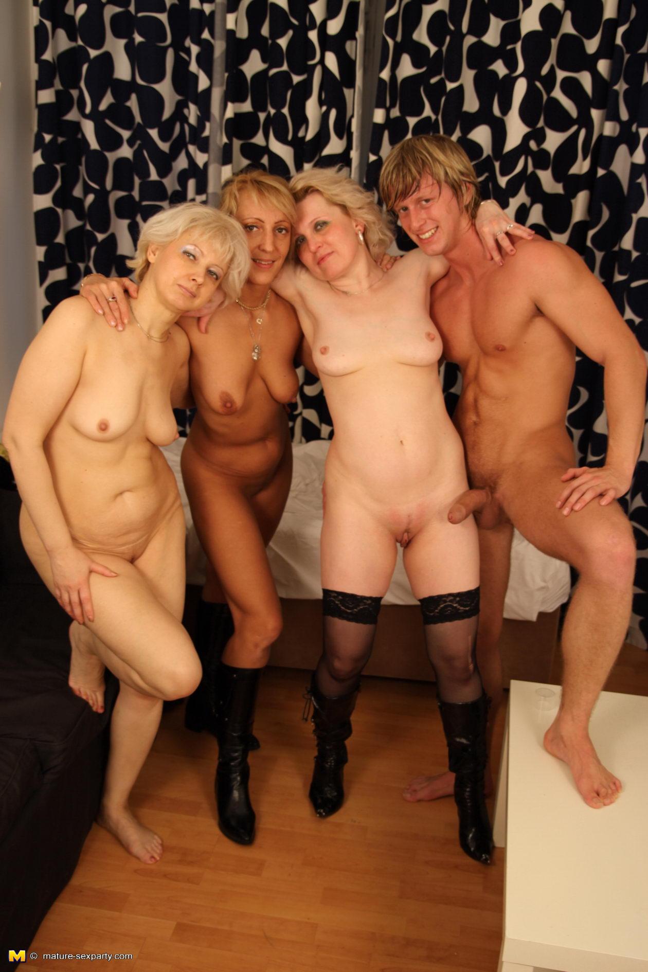 Три зрелые женщины и один пареньпорно фото 474-857