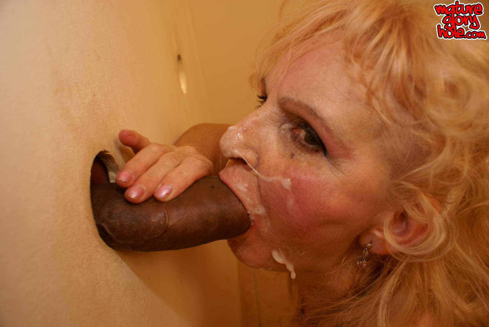 porno-zalil-spermoy-cherez-dirku-v-tualete-foto