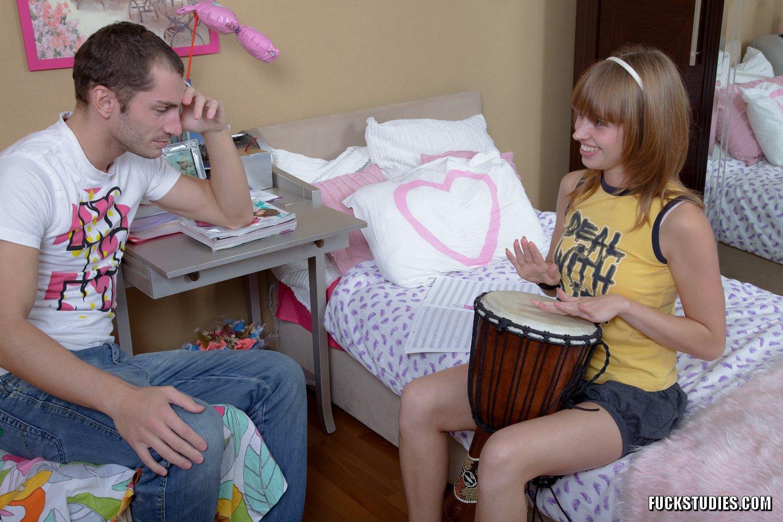 Учительница музыке показывает грудь 9 фотография