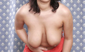 Heavy Handfuls Vendula Busty Euro Babe Vendula Spreads Her Pink