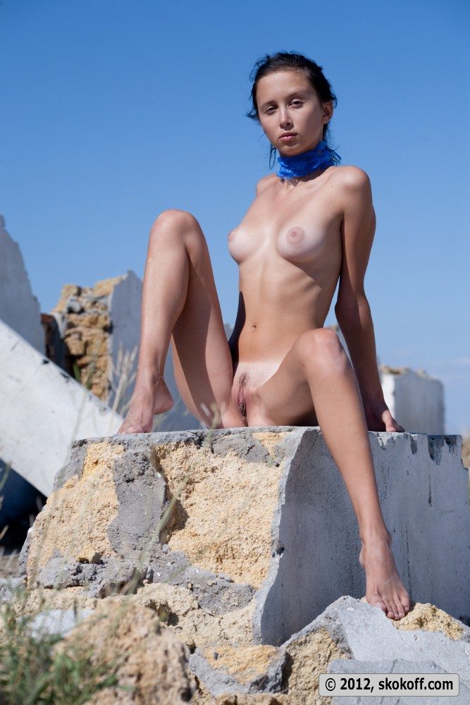 Great body brunette playing