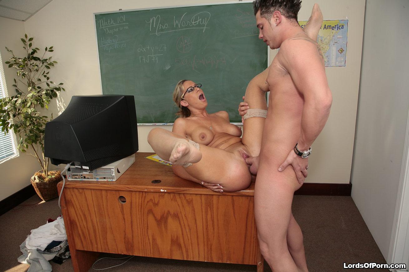 Смотреть порно как ученик ебет учительницу, Порно видео с русскими училками: голые женщины 5 фотография
