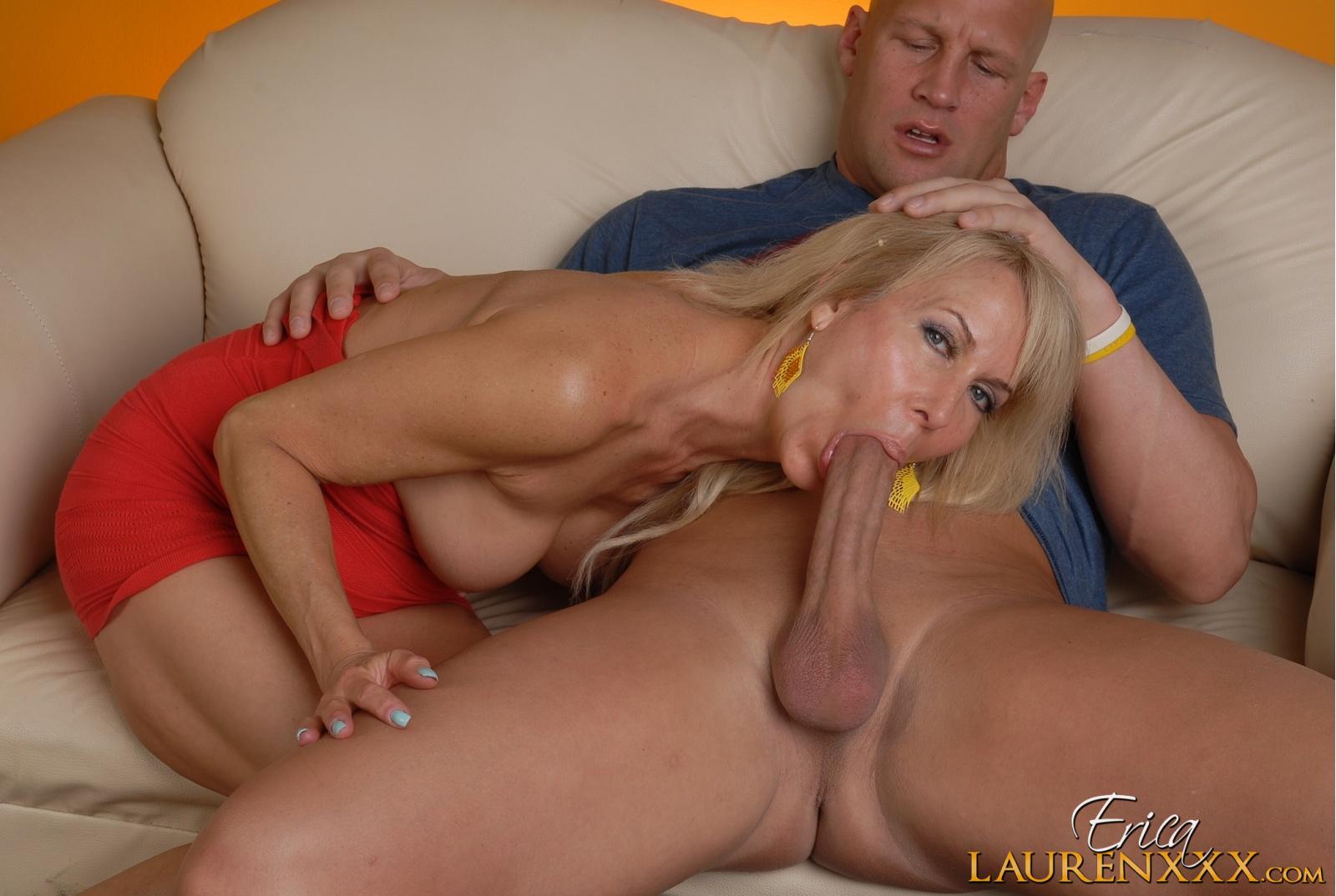 Трахает зрелую блондинку большим членом на кровати