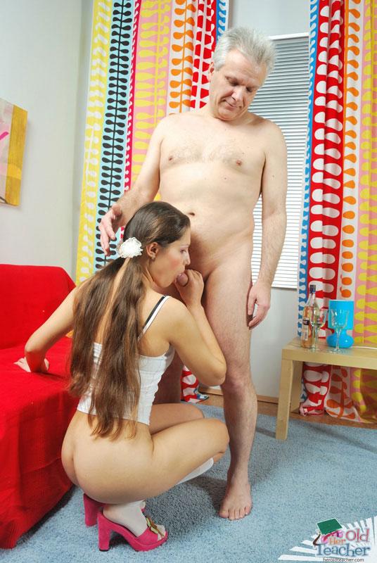 Отцом диване с дочь на после ванны