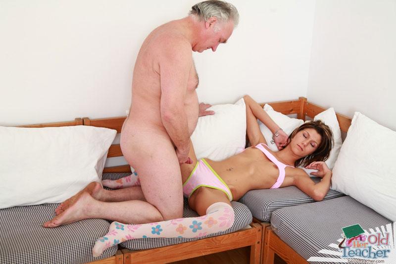 смотреть дед трахнул спящую внучку