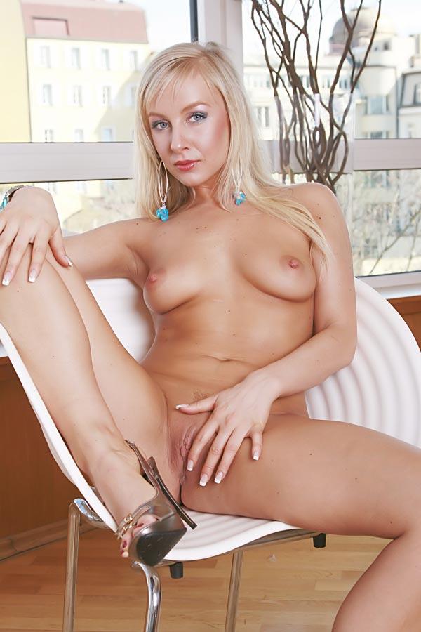 Kirsten18 nude bed
