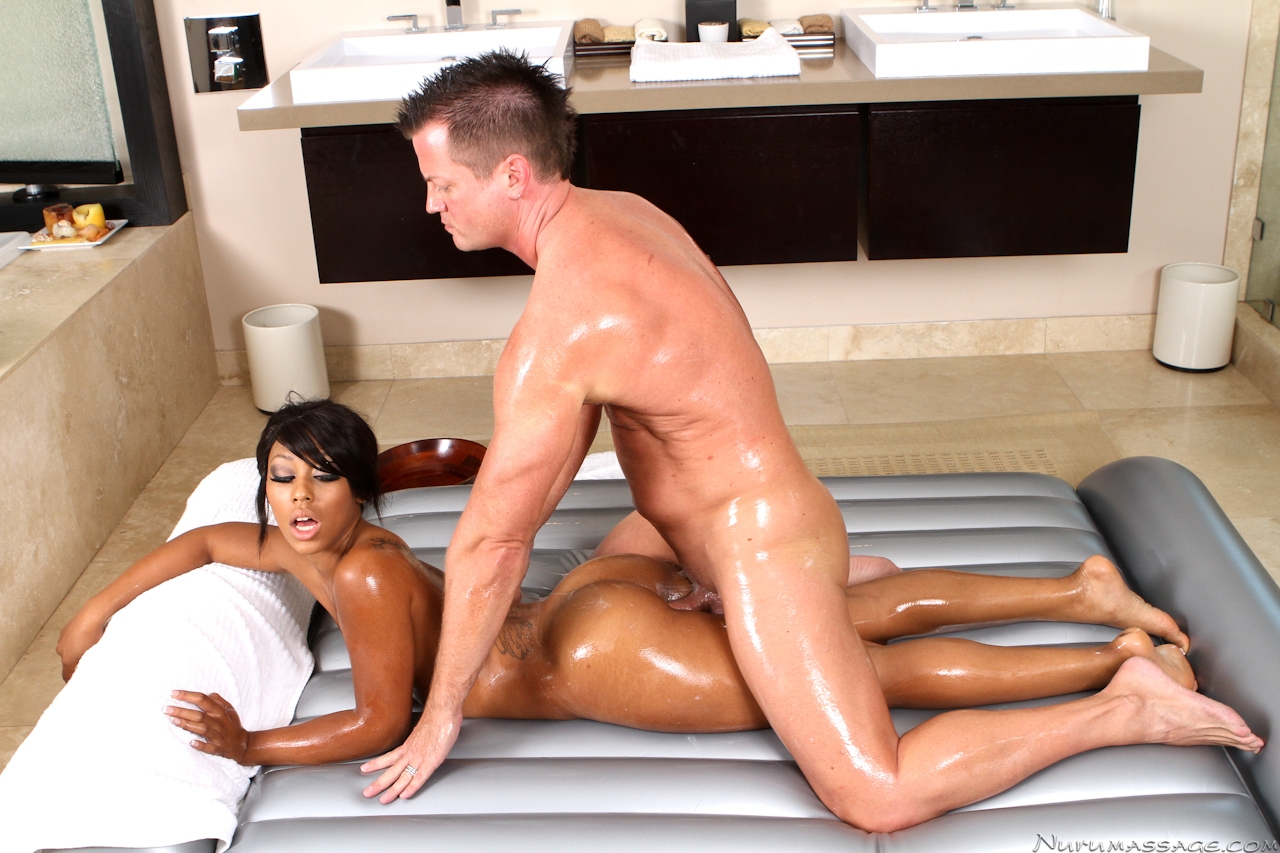 Curvy ebony beauty gives unforgettable slippery massage