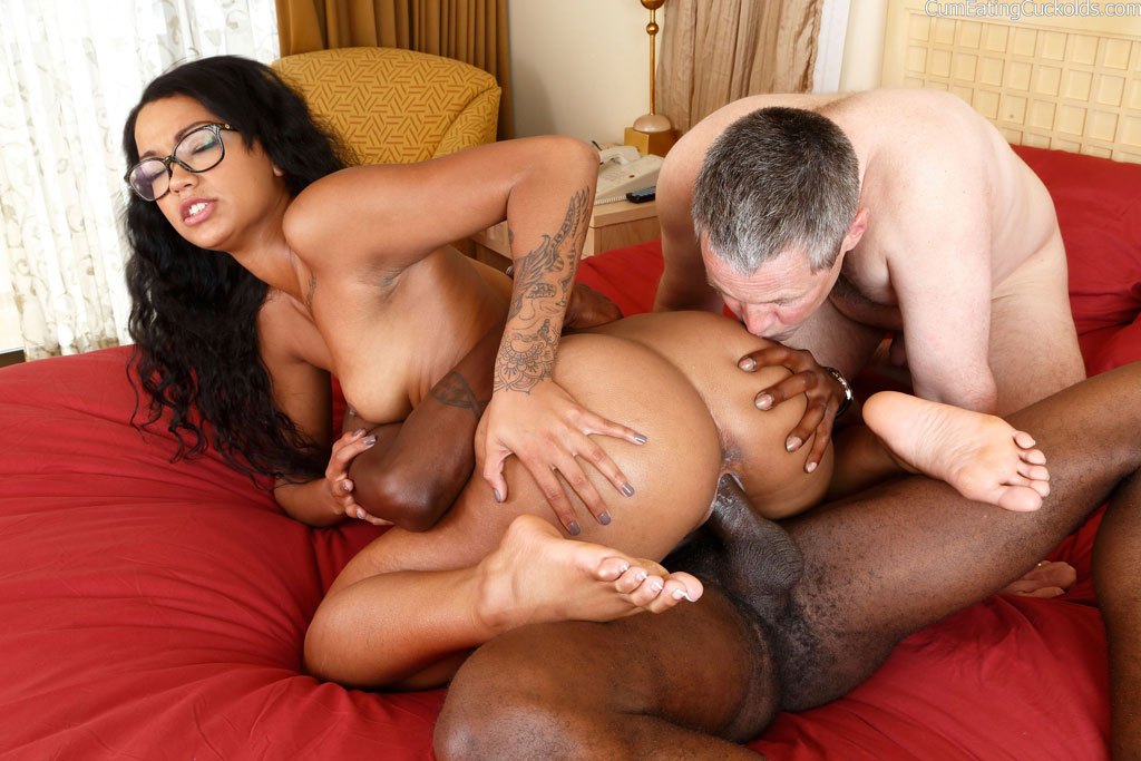 Mature bi cuckold threesome