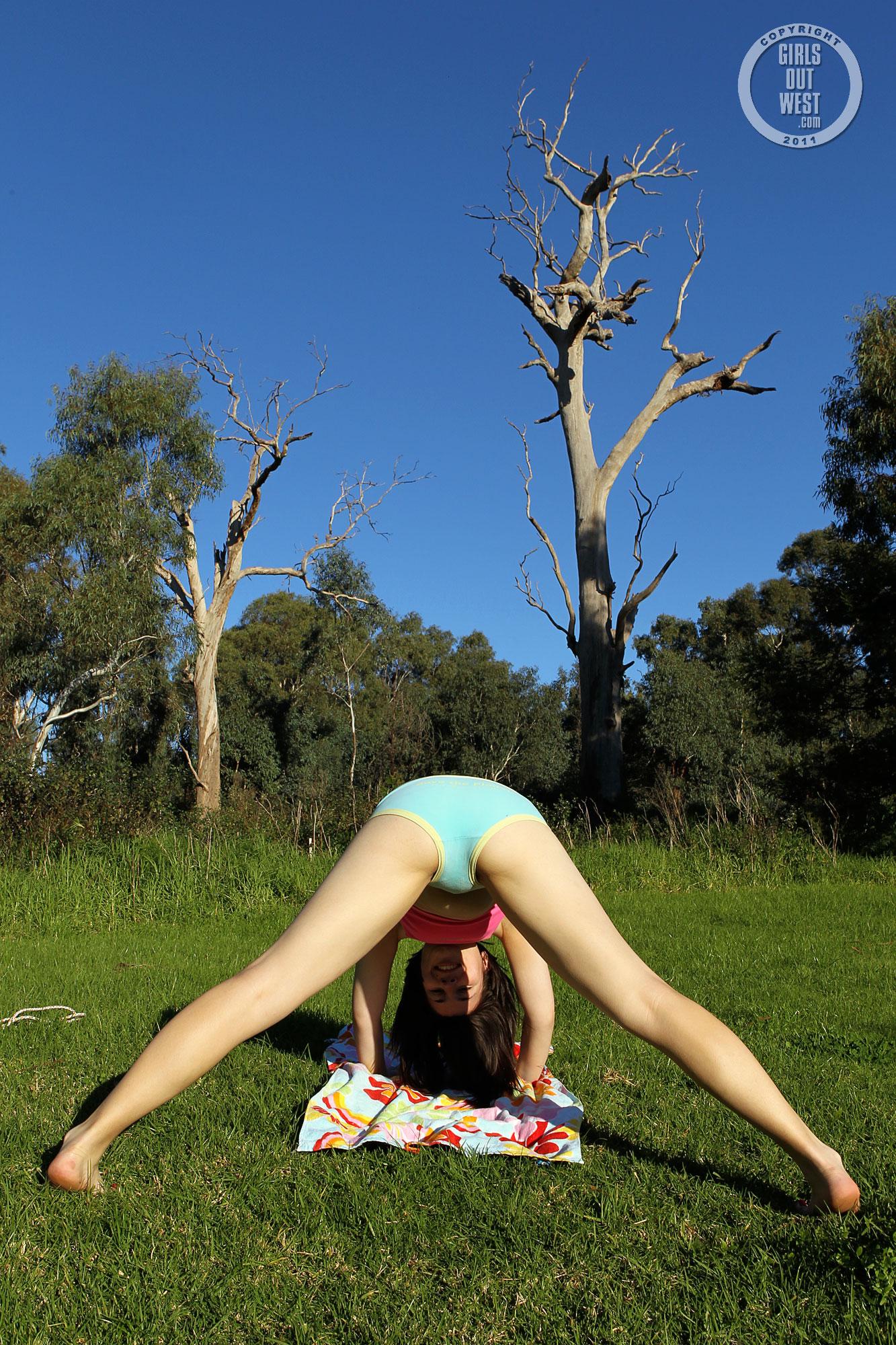 Amigas Haciendo Yoga Porn girls out west saffron fitness saffron's looking pretty in